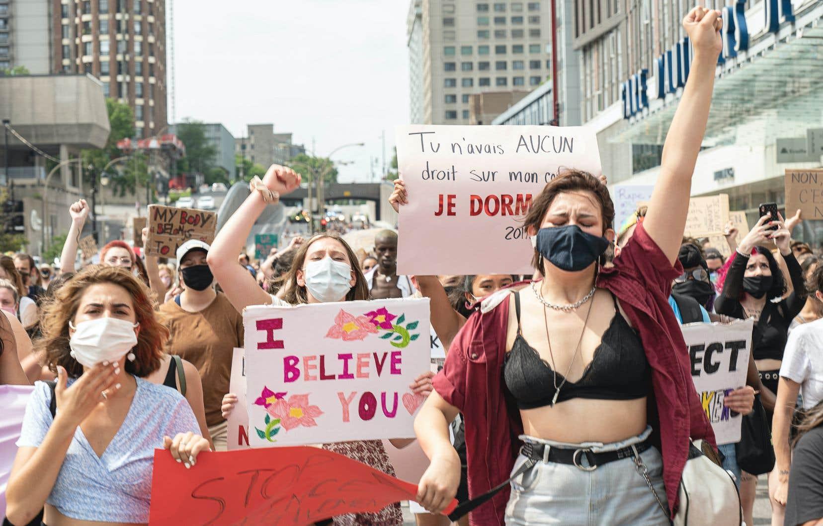 Plusieurs centaines de manifestants se sont rassemblés dans le centre-ville de Montréal, le 19 juillet 2020, pour dénoncer les violences sexuelles.