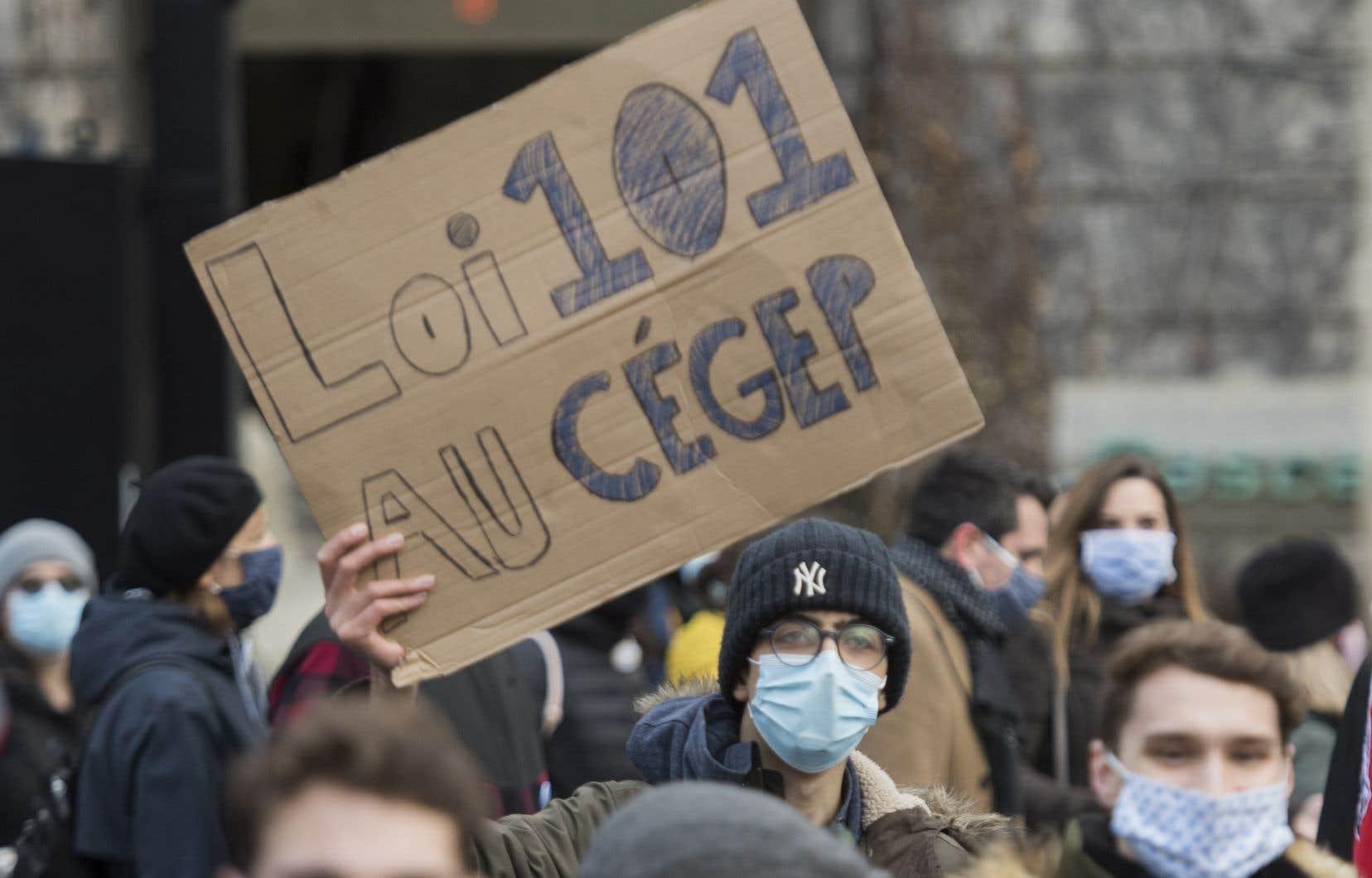 Des manifestants se sont rassemblés devant l'hôtel de ville de Montréal, le 28 novembre dernier, pour réclamer des actions concrètes pour freiner le recul du français au Québec.