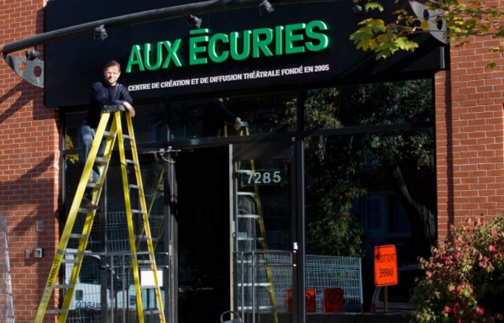 Olivier Ducas, devant le portail d&rsquo;Aux &Eacute;curies<br />