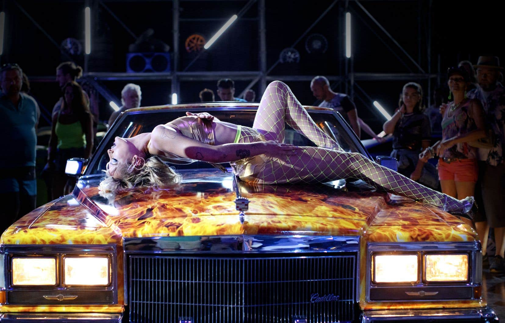 Alexia adulte (Agathe Rousselle, une révélation) travaille comme danseuse dans des expositions automobiles. En communion lascive avec le véhicule tout de flammes peintes sur le capot duquel elle se produit, Alexia exerce d'abord ce métier pour être au plus près des voitures.