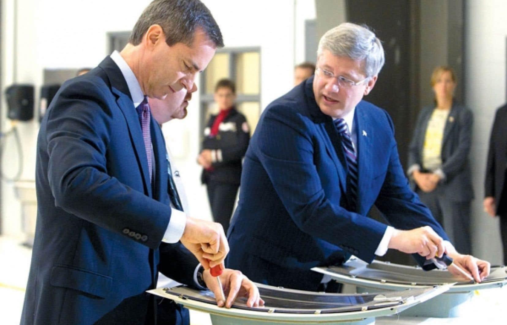 Stephen Harper, qu'on voit ici s'essayer à la fabrication de hublot en compagnie du premier ministre ontarien, Dalton McGuinty, était de passage hier à Peterborough. Il s'y est engagé à maintenir «la représentation proportionnelle» du Québec aux Communes.