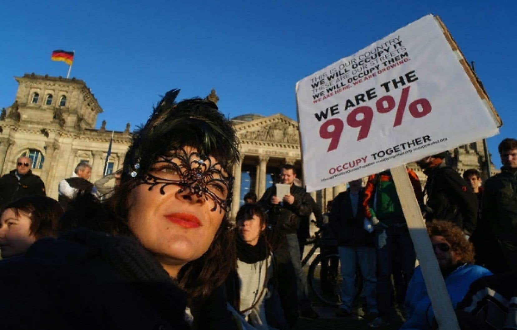 Des protestataires manifestant devant le Reichstag à Berlin