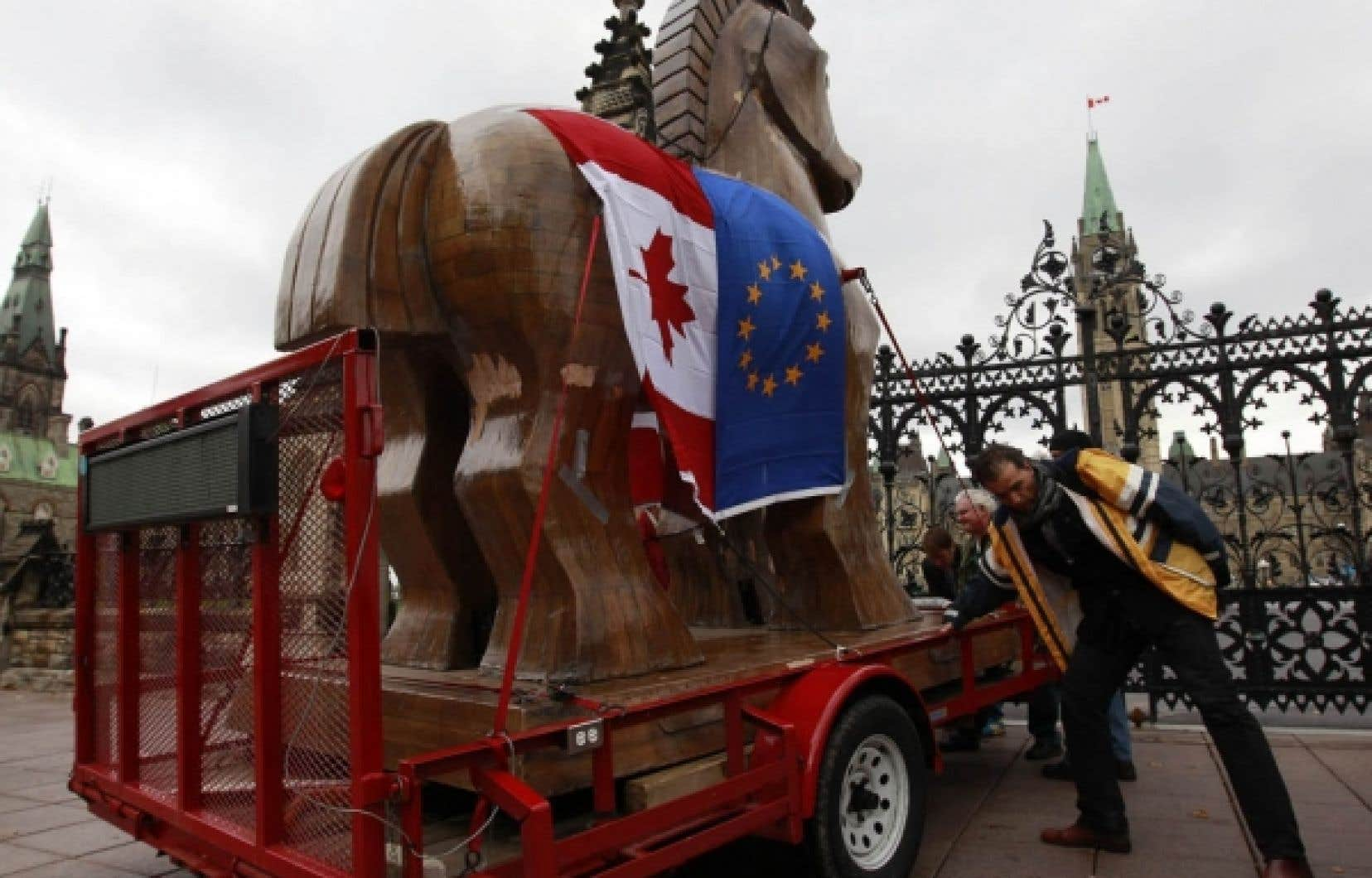 Les opposants &agrave; l&rsquo;accord de libre-&eacute;change entre le Canada et l&rsquo;Europe ont tent&eacute; en vain de conduire leur &laquo;cheval de Troie&raquo; sur la colline parlementaire.<br />