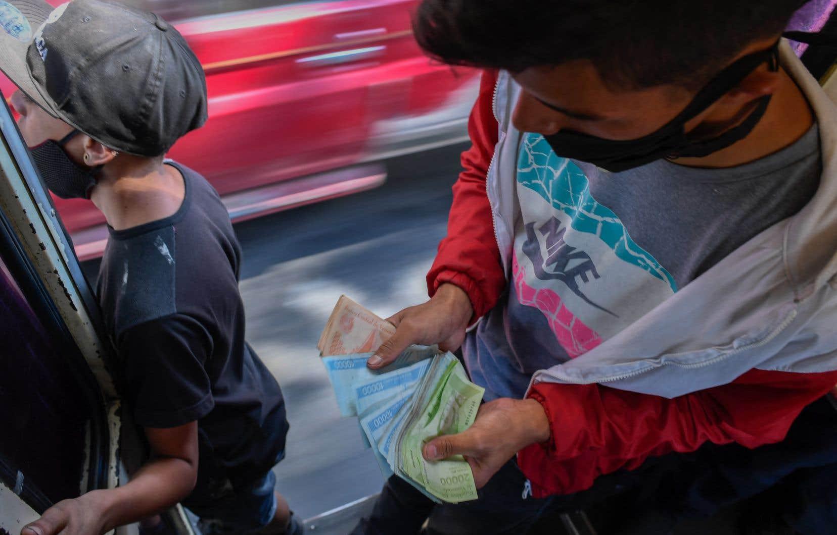 """Lorsque Josefina Galindo a pris le bus entre les quartiers de Coche et Chacao, elle a payé… avec les anciens prix et les anciens bolivars. «Les """"collecteurs"""" [ceux qui encaissent dans les bus] criaient """"1000 [bolivars] pareil"""".»"""
