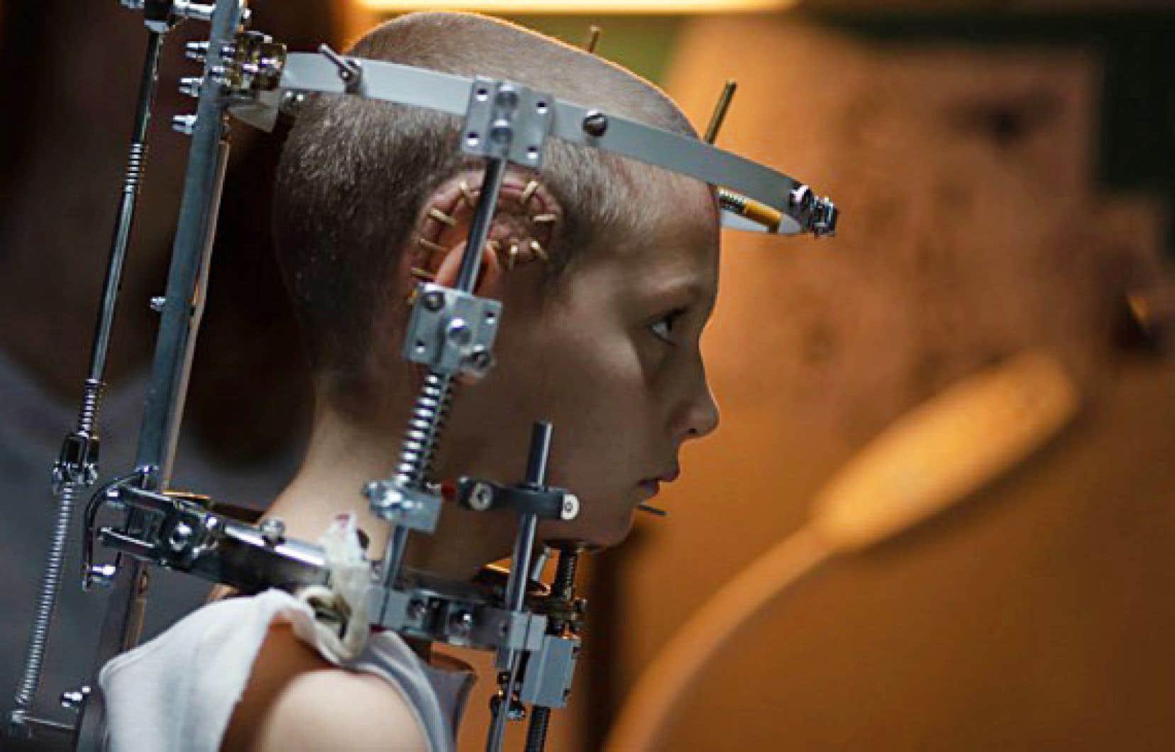 Le film met en scène Alexia, qu'un accident de voiture subi durant l'enfance a laissée avec une plaque de titane vissée au crâne.
