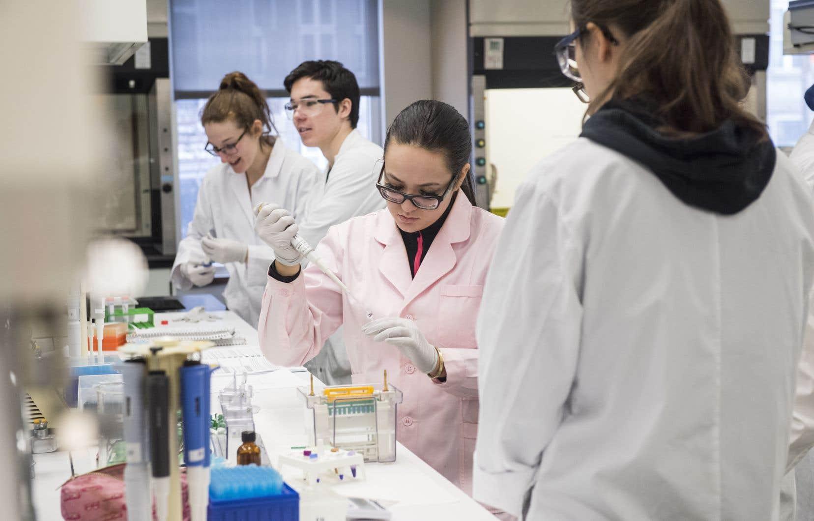 Récemment créé à l'UQAM, le Fonds pour  les femmes en sciences remet des bourses à  des étudiantes  de maîtrise et  de doctorat.
