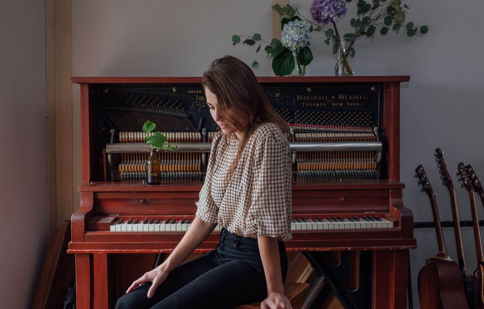 Salomé Leclerc avait déjà pas mal de véritables chansons en forme de chansons, prêtes, en maquettes, au moment de commencer à travailler avec Louis-Jean Cormier.