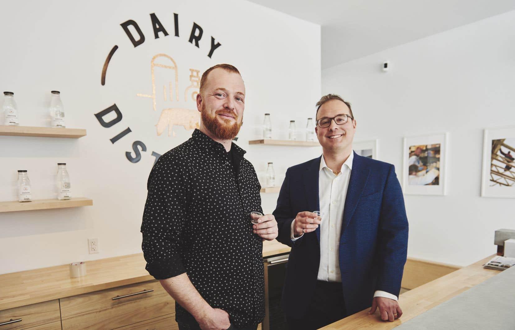 Neal McCarten, directeur des opérations, et Omid McDonald, propriétaire de Dairy  Distillery.  Ce dernier a appris que des milliards de litres de perméat de lait, un sous-produit concentré en lactose, étaient jetés aux poubelles. Il a développé une technologie capable de transformer le perméat en alcool.