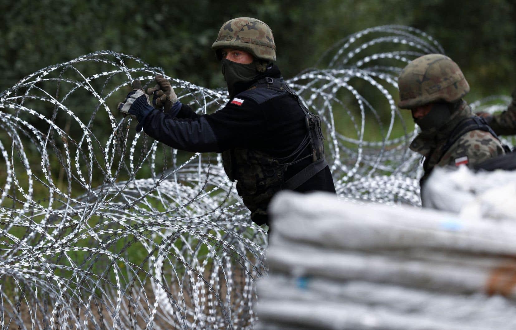 La Pologne a commencé à construire des clôtures de barbelés sur une partie de sa frontière avec la Biélorussie.