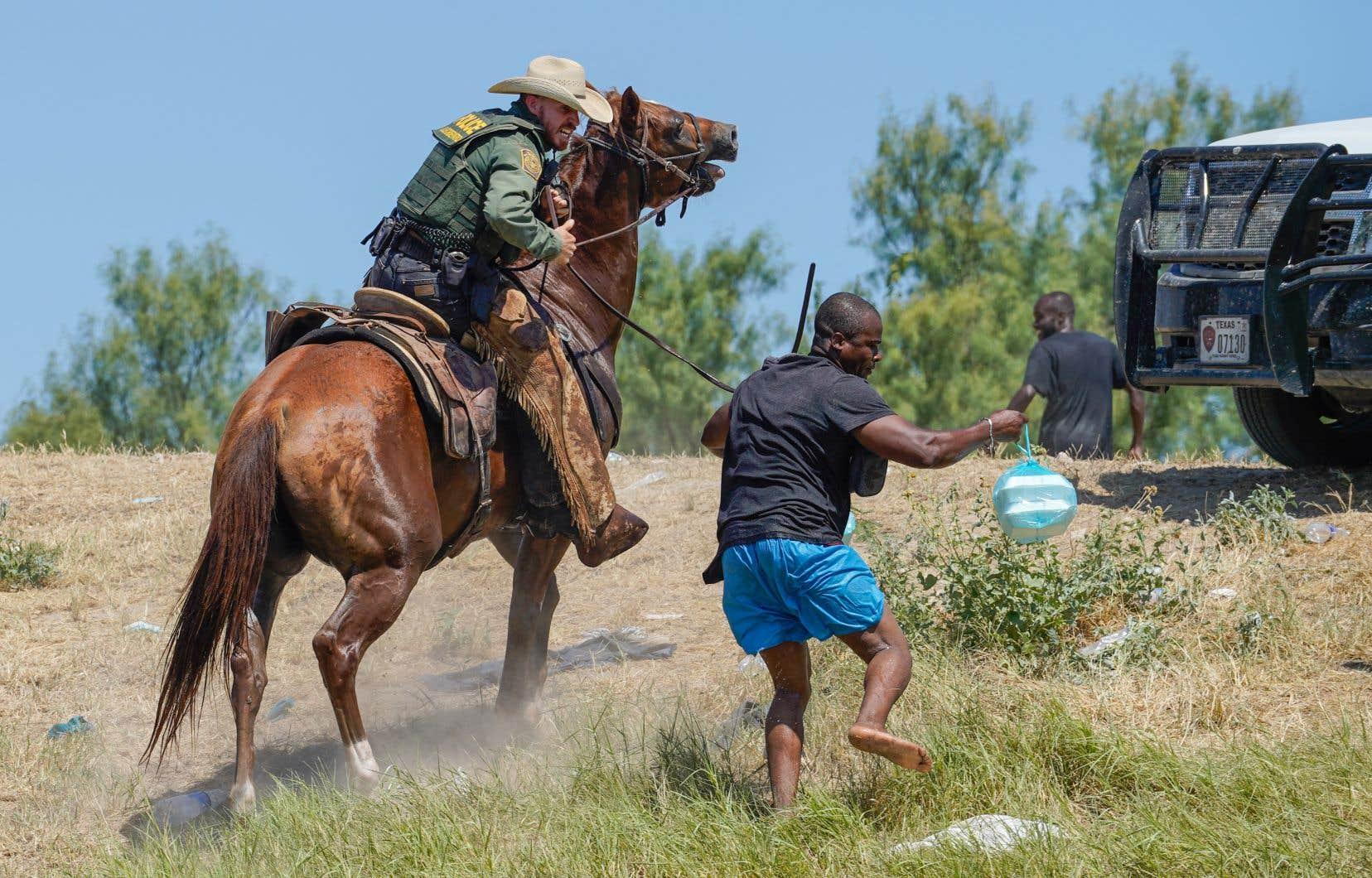 Un agent de la patrouille frontalière des États-Unis pourchasse un migrant haïtien, le 19 septembre 2021. Depuis, le président américain a promis le traitement des dossiers des migrants dans le respect des normes internationales.