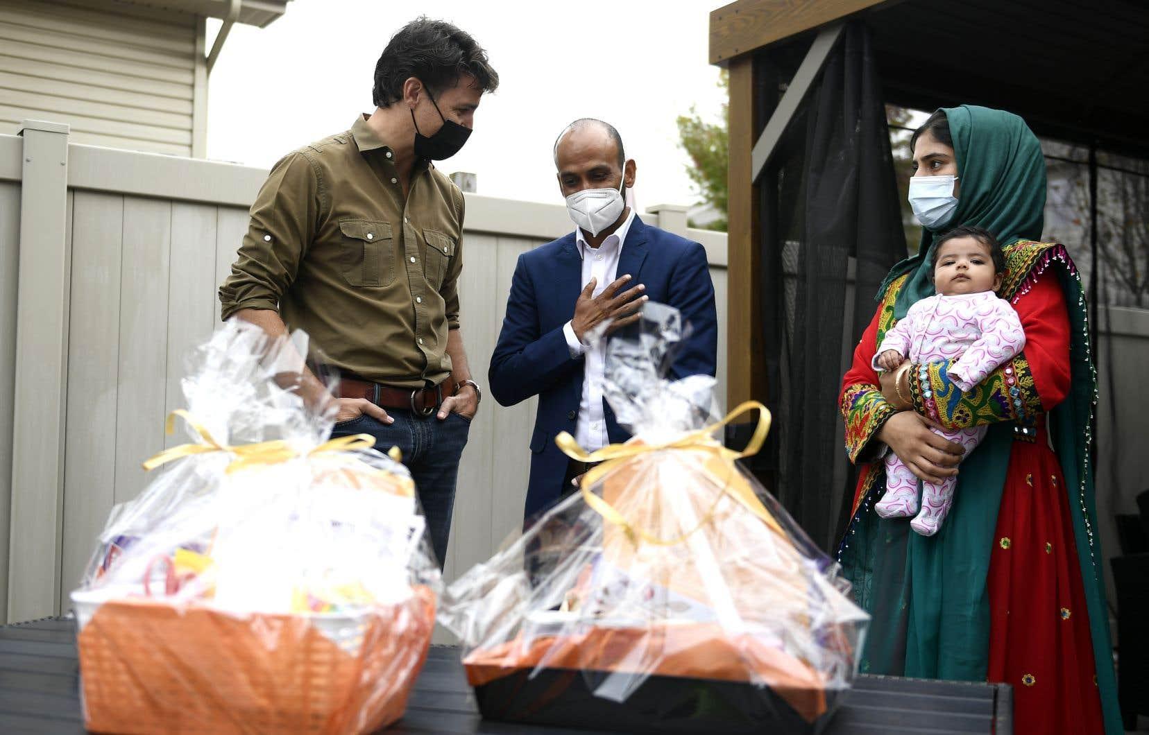 Obaidullah Rahimi (au centre) a été engagé à l'ambassade du Canada à Kaboul en 2008. L'an dernier, il est devenu employé à temps plein.