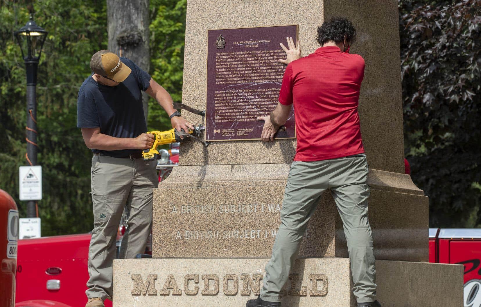 Desresponsables fédéraux réfléchissent à ce que l'on devrait lire sur les plaques commémoratives et les pierres tombales des anciens premiers ministres pour refléter la façon dont le pays voit son passé.