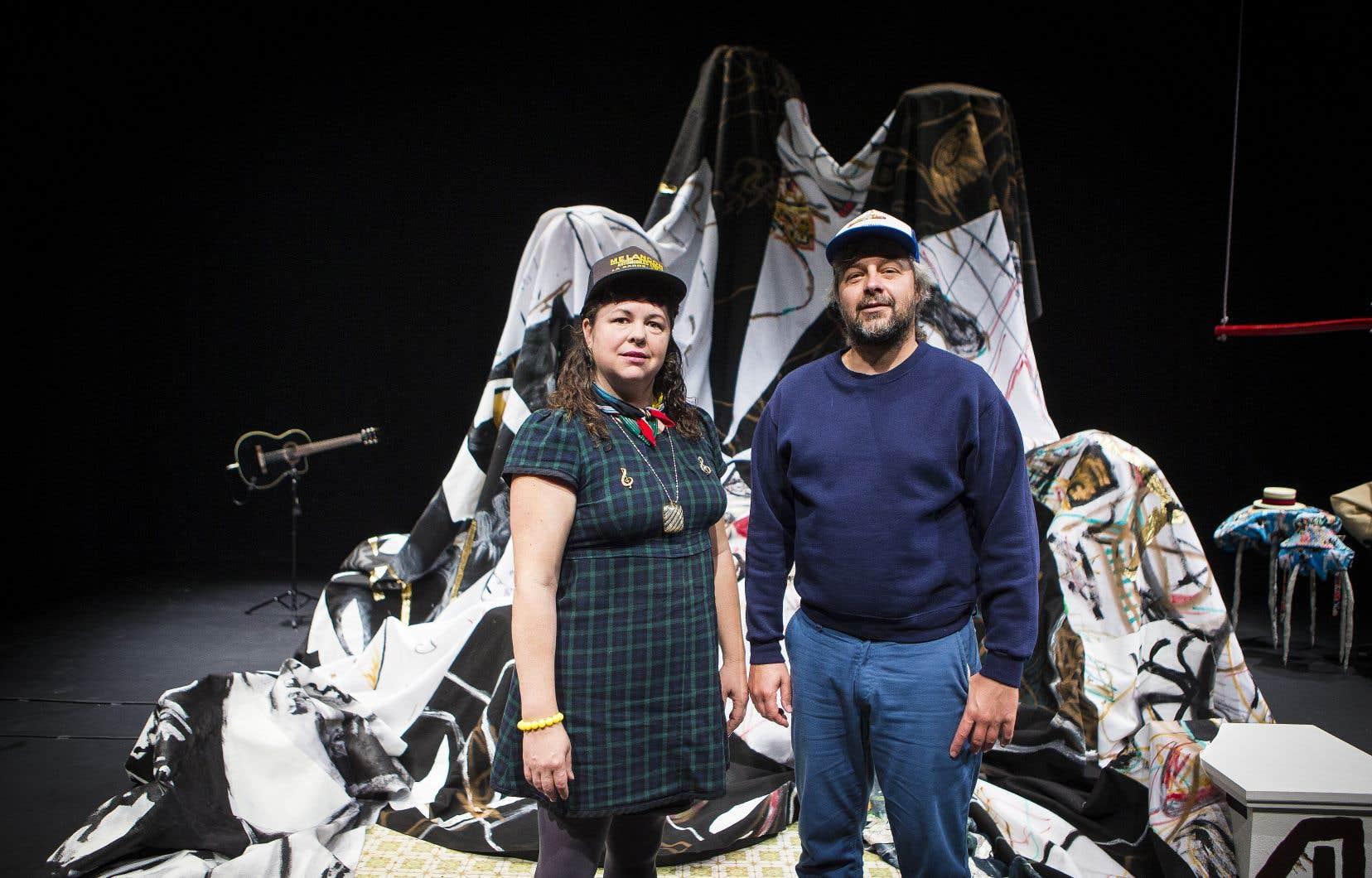 Le duo Geneviève et Matthieu, originaire de Rouyn-Noranda, ne s'est jamais contenté de la région. En plus d'y avoir établi une réputation solide, le collectif a exposé ses œuvres à travers le Canada et même en Europe. Les deux artistes voient le voyage comme une inspiration pour créer leur art.