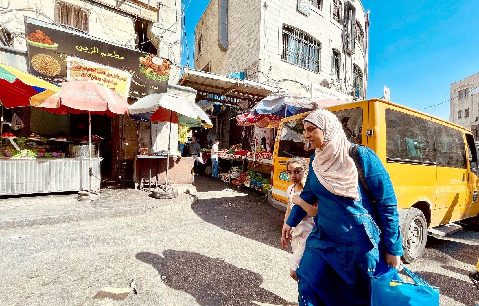 En Cisjordanie, rares sont les Palestiniens qui portent le masque au quotidien. Certaines écoles et institutions l'imposent, mais la plupart des endroits, même intérieurs, n'imposent aucune règle stricte concernant son port.