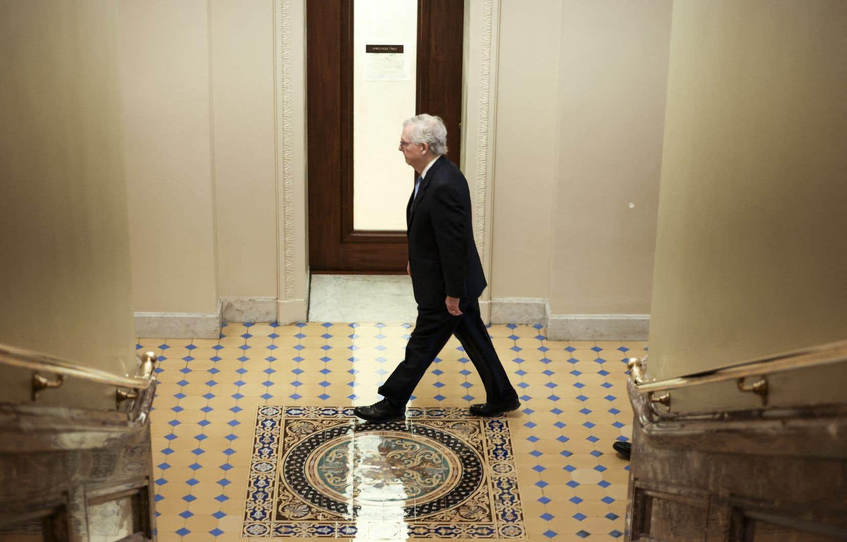 Le chef des républicains au Sénat, Mitch McConnell, exhorte les démocrates à parvenir — seuls — à une solution durable d'ici décembre grâce à une voie législative complexe.
