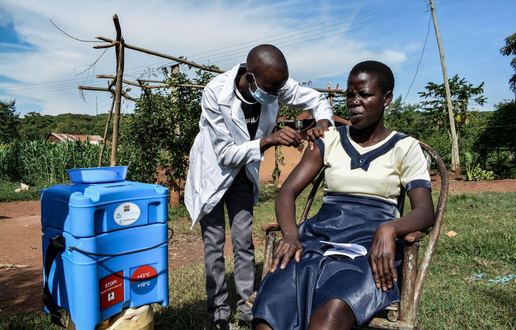 Au Kenya, des travailleurs de la santé se promènent de porte en porte pour offrir le vaccin contre la COVID-19 à des gens qui n'ont pas accès à des centres de santé près de leur lieu de résidence.