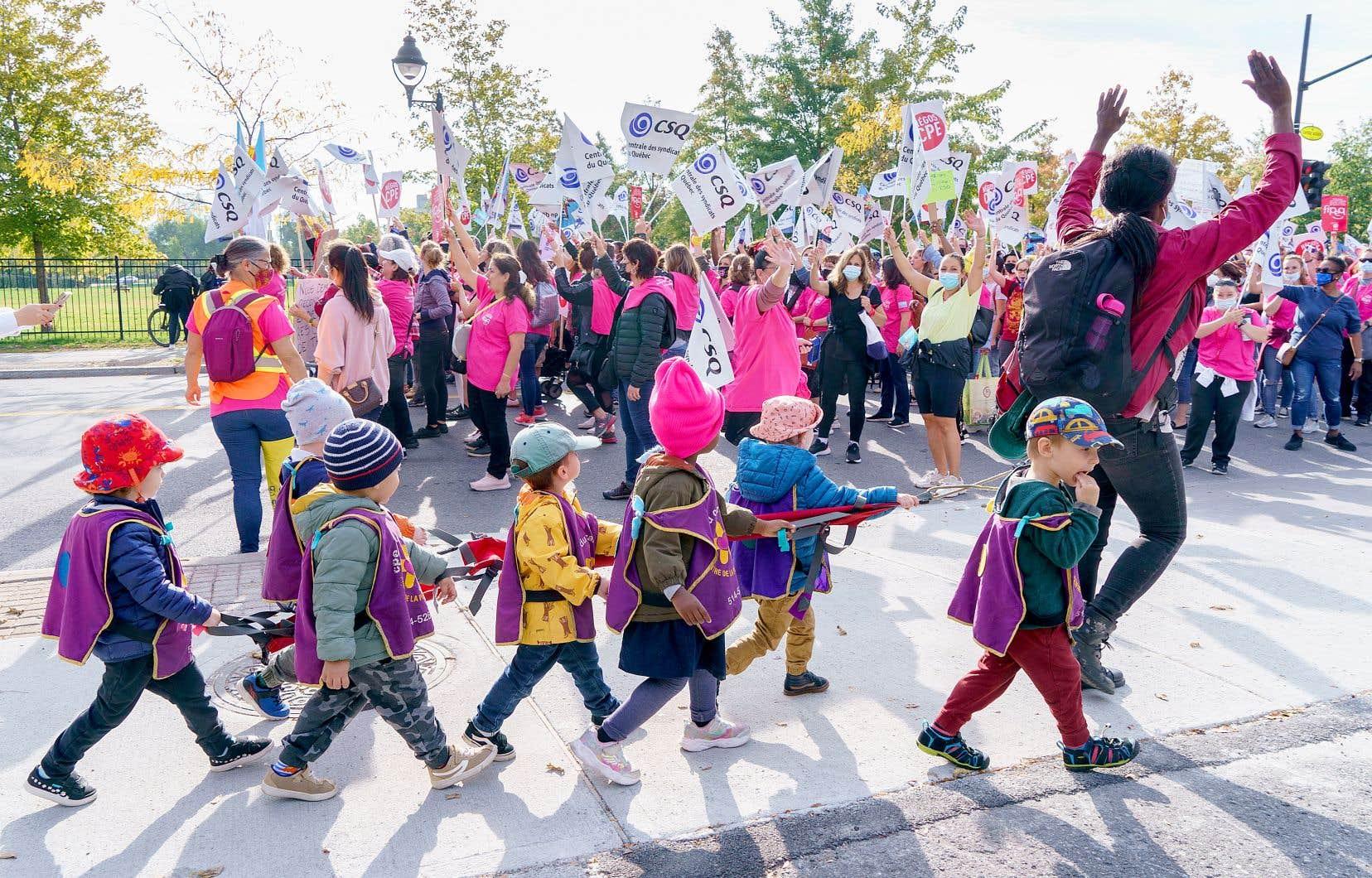 Des éducatrices de centres de la petite enfance manifestaient à Montréal, mardi.