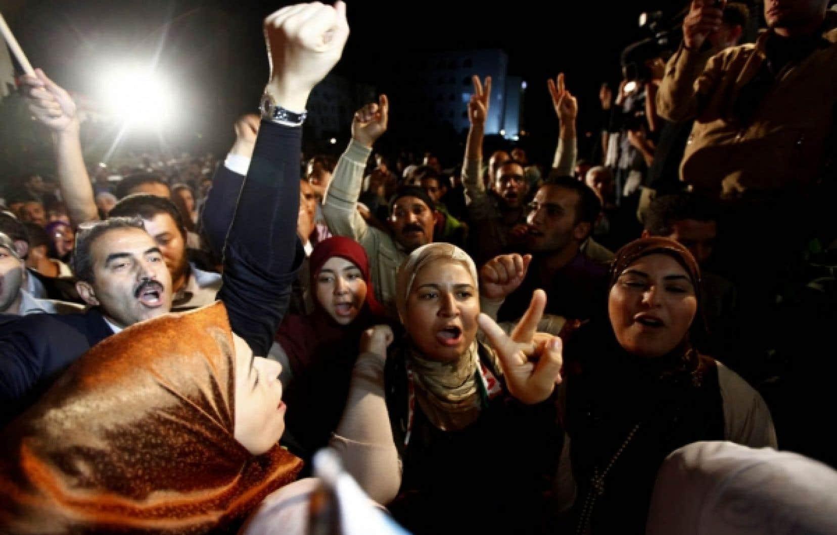 Des partisans du parti islamiste Ennahdha célèbrent leur victoire après le dévoilement des résultats du scrutin en Tunisie, la semaine dernière.<br />