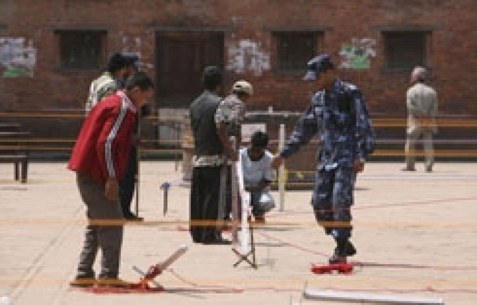 Des bénévoles préparaient les bureaux de scrutin hier à Katmandou.