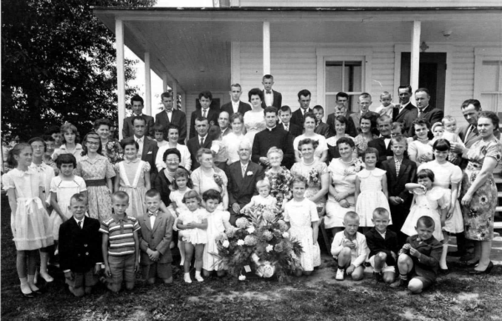 Les descendants d&rsquo;Edgar Bh&eacute;rer et D&eacute;lina Boivin photographi&eacute;s en 1960 lors du 50e anniversaire de mariage du couple &agrave; Saint-F&eacute;licien.<br />