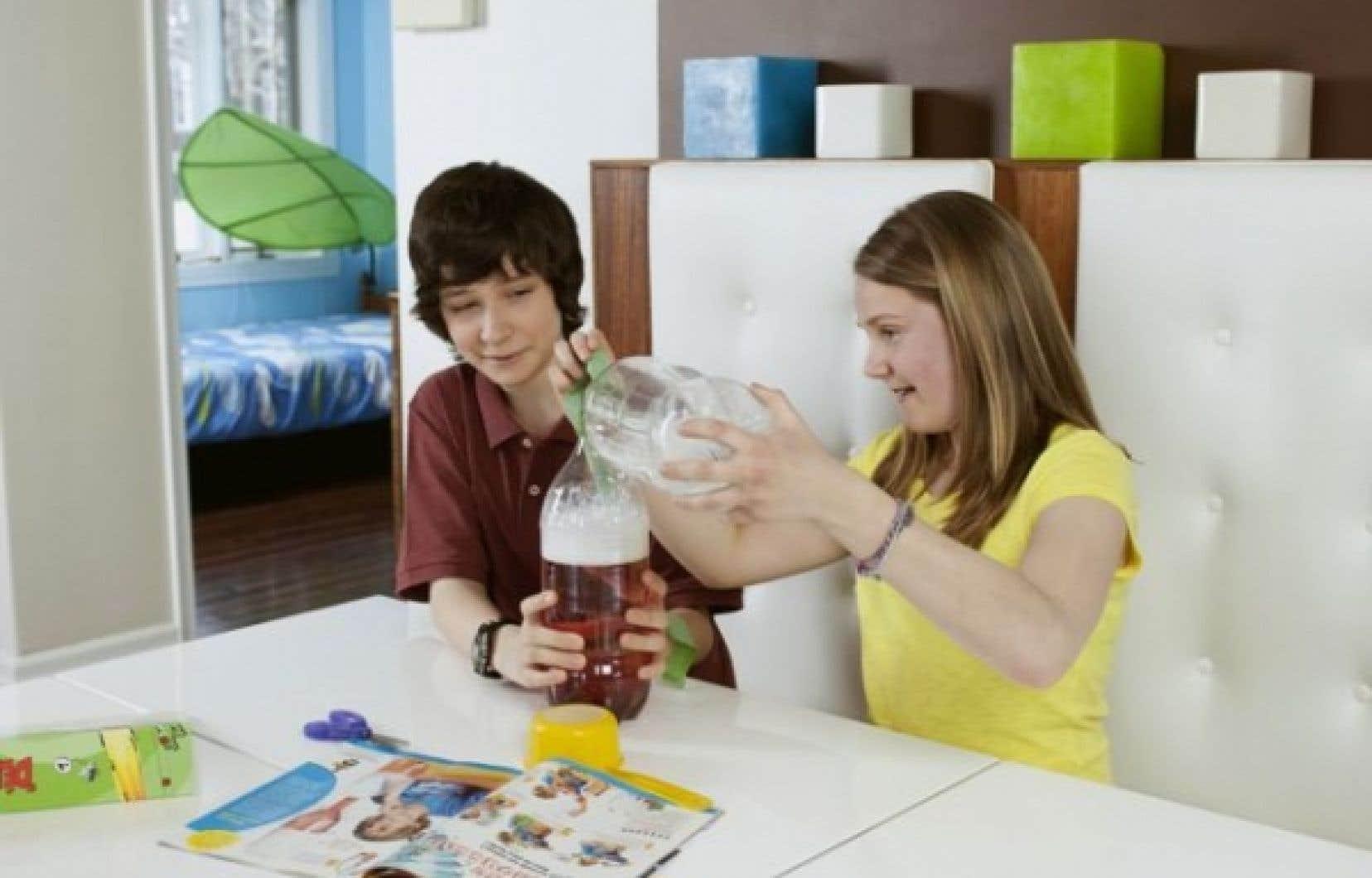 Les Petits Débrouillards proposent des expériences pour intéresser les jeunes à la science.<br />