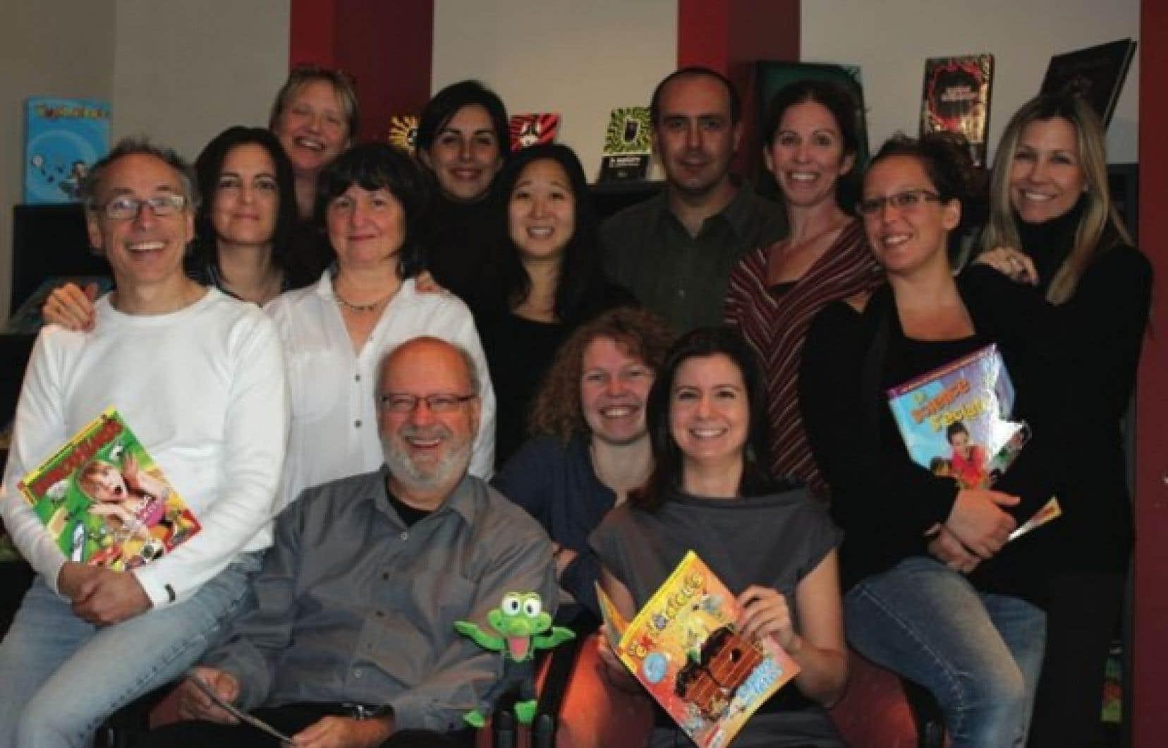 L'équipe rédactionnelle des Débrouillards, avec à l'avant-plan la mascotte Beppo, l'éditeur Félix Maltais, la rédactrice en chef adjointe et la rédactrice en chef du magazine, Laurène Smagghe et Isabelle Vaillancourt.<br />