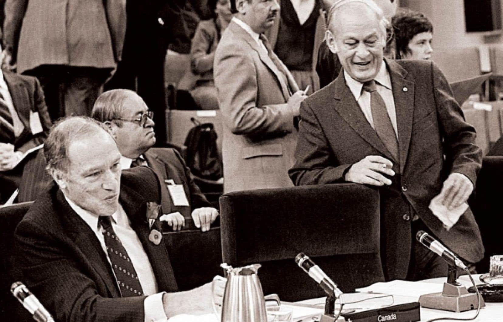 René Lévesque et, assis, Pierre Elliott Trudeau lors de la conférence fédérale-provinciale de novembre 1981<br />