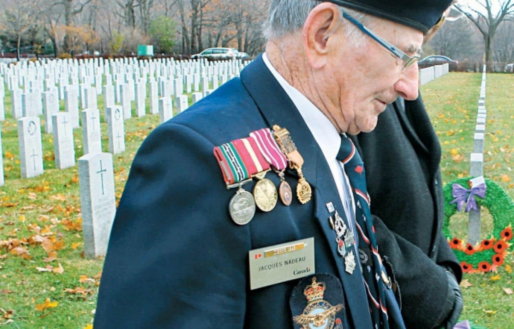 À Montréal, une cérémonie en l'honneur des anciens combattants a eu lieu au cimetière Notre-Dame-des-Neiges.<br />
