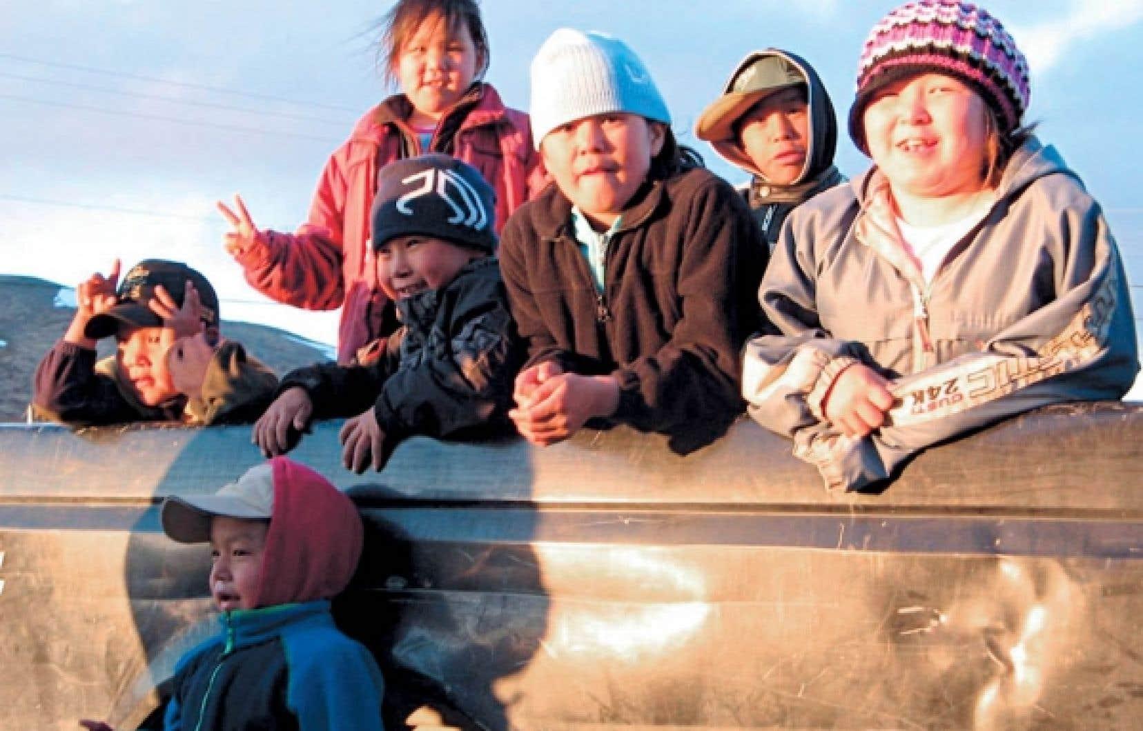 Quand Carole Cadoret est arriv&eacute;e au Nunavik, tous les manuels d&rsquo;enseignement &eacute;taient soit en fran&ccedil;ais, soit en anglais, m&rsquo;apprend Carole Cadoret. Aucun ne tenait compte de la culture des Inuits.<br />