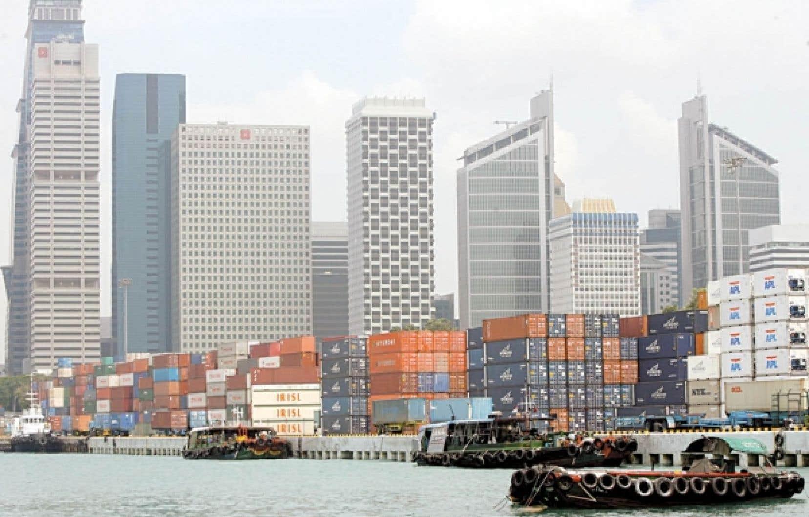 Des conteneurs entreposés au terminal Keppel avec la ville en arrière-plan. Le port de Singapour est aujourd'hui le plus achalandé du monde.<br />