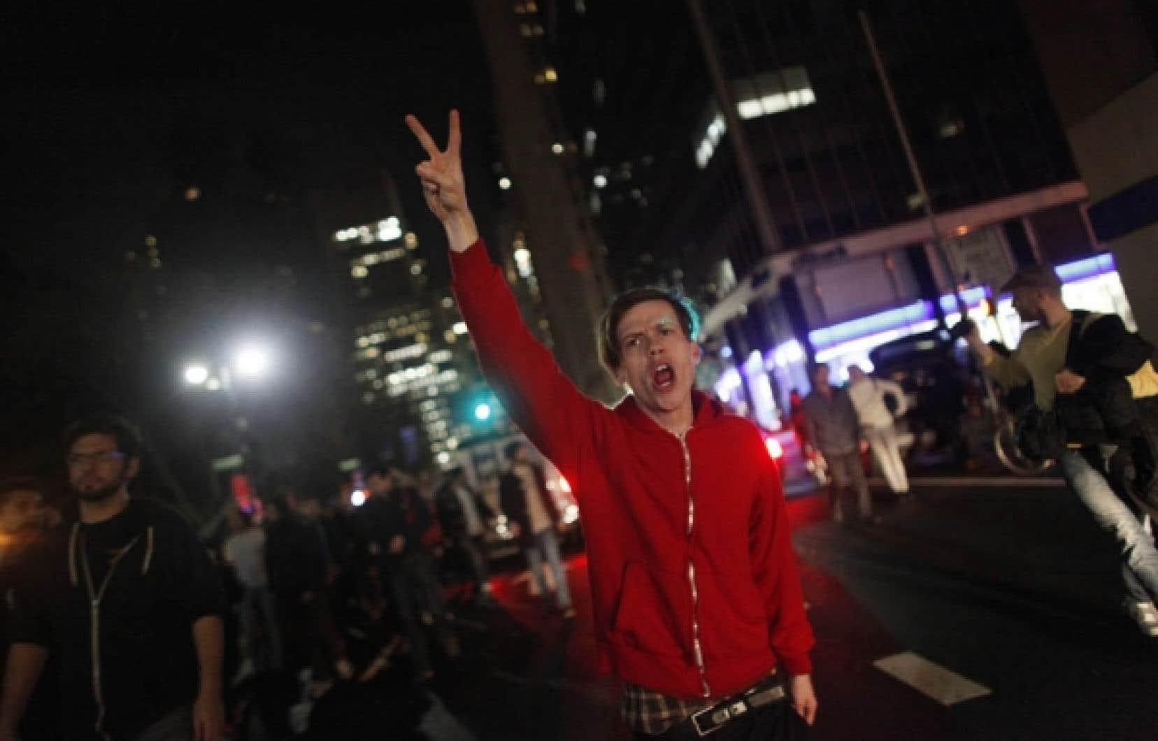 Un manifestant fait un signe de victoire lors de la marche de jeudi dans les rues de New York.<br />