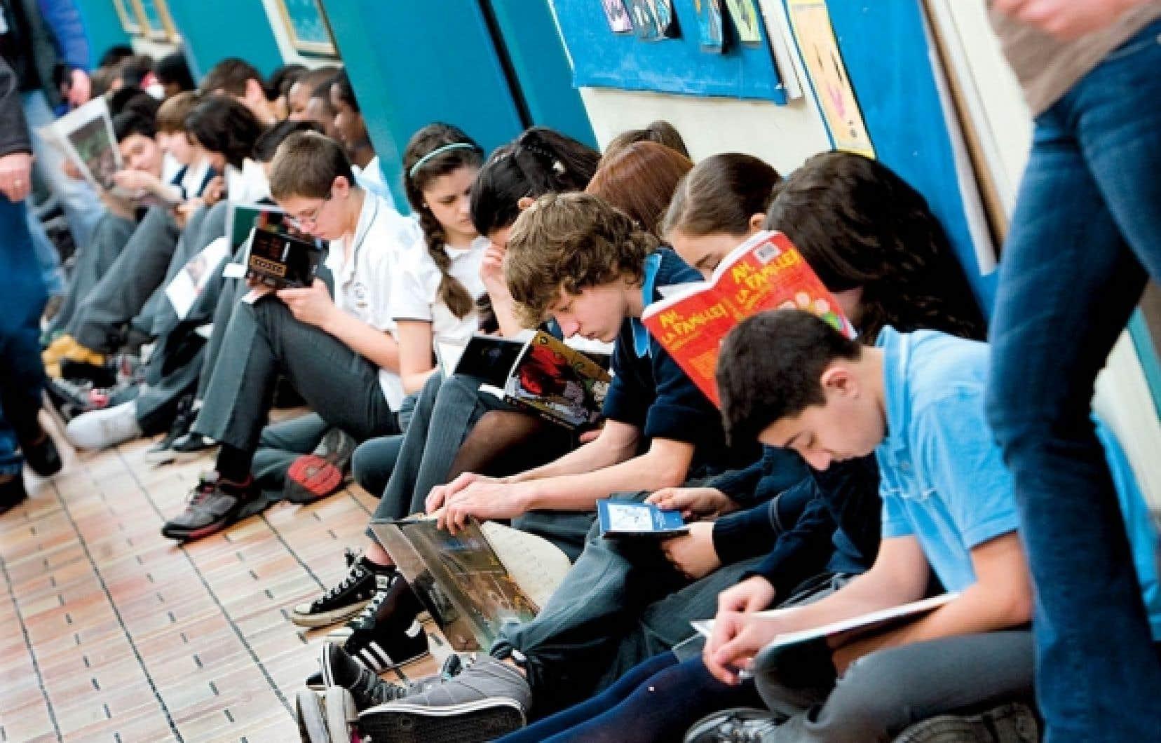 Dans le programme de français du secondaire, on ne prescrit aucun contenu littéraire, sauf quel-ques notions et concepts généraux se rattachant au phénomène littéraire.<br />
