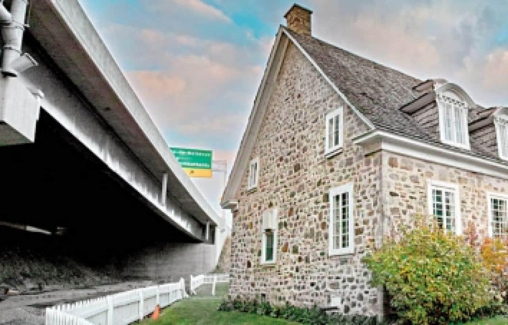 Le dévelopement urbain doit se faire en tenant compte de la beauté patrimoniale afin d'éviter certains aménagements douteux comme ici, à Sainte-Anne-de-Bellevue.<br />