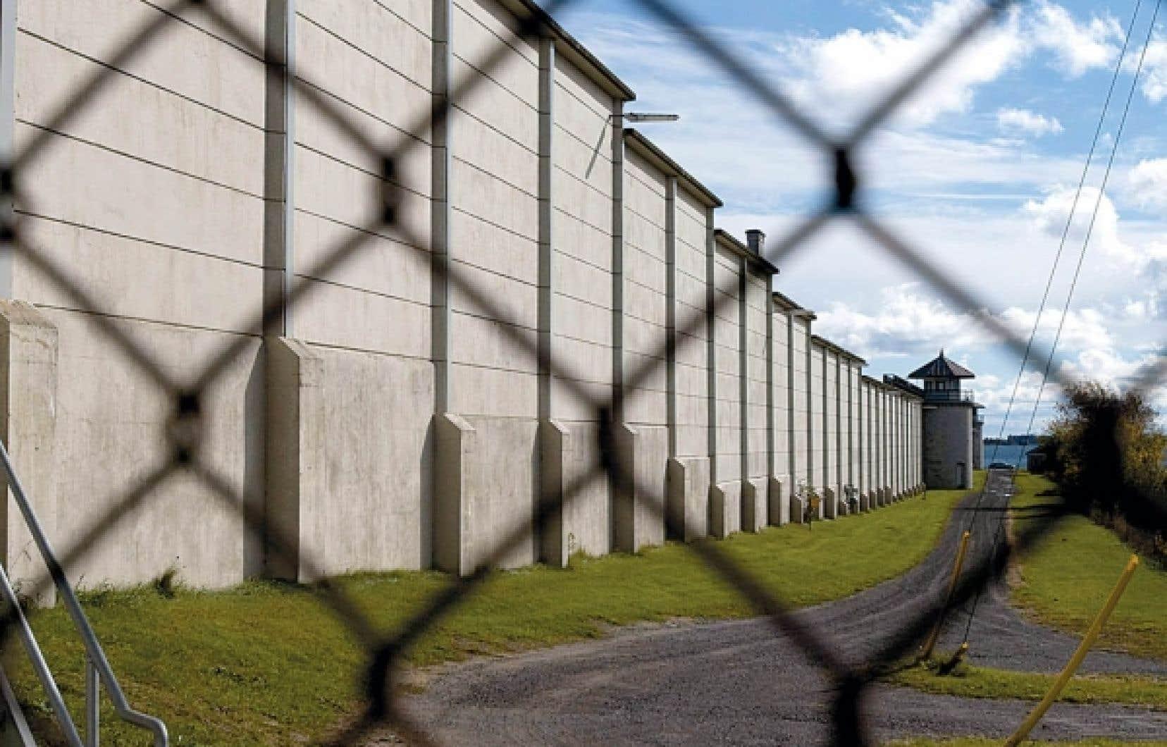 La facture de construction des nouveaux établissements carcéraux qui seront nécessaires pour absorber l'augmentation prévue de la population carcérale sera absorbée aux trois quarts par les provinces.<br />