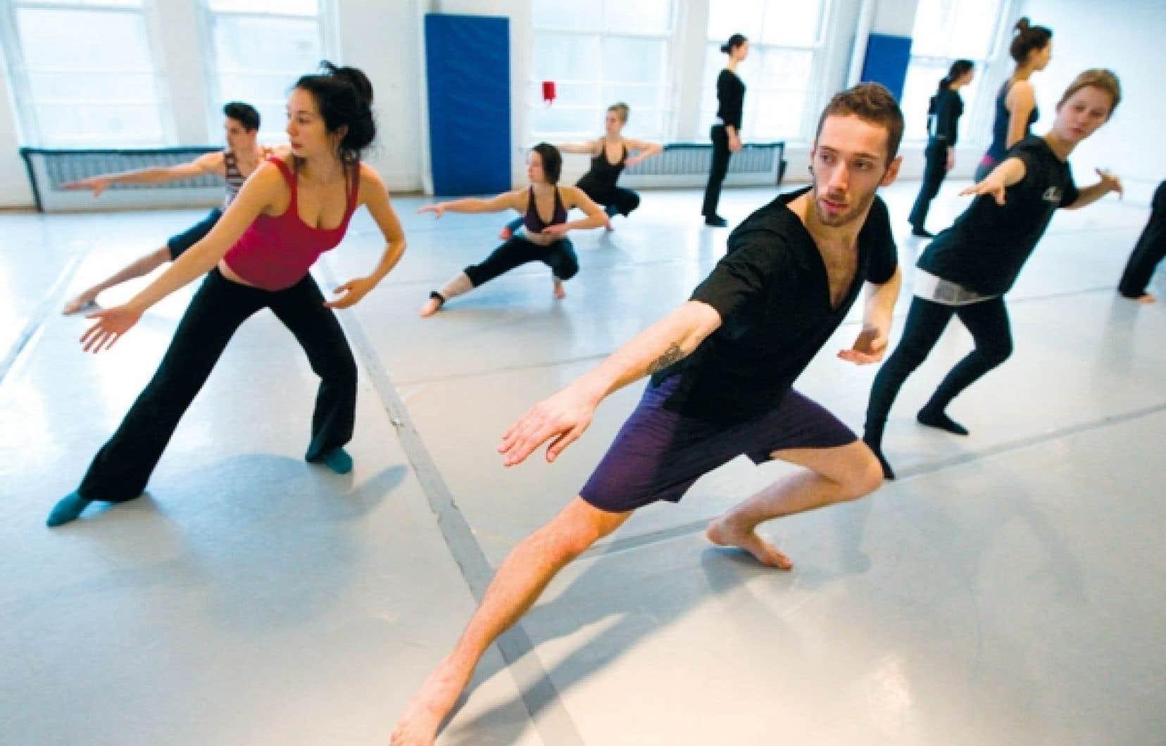 Des finissants des Ateliers de danse moderne de Montréal en pleine répétition.