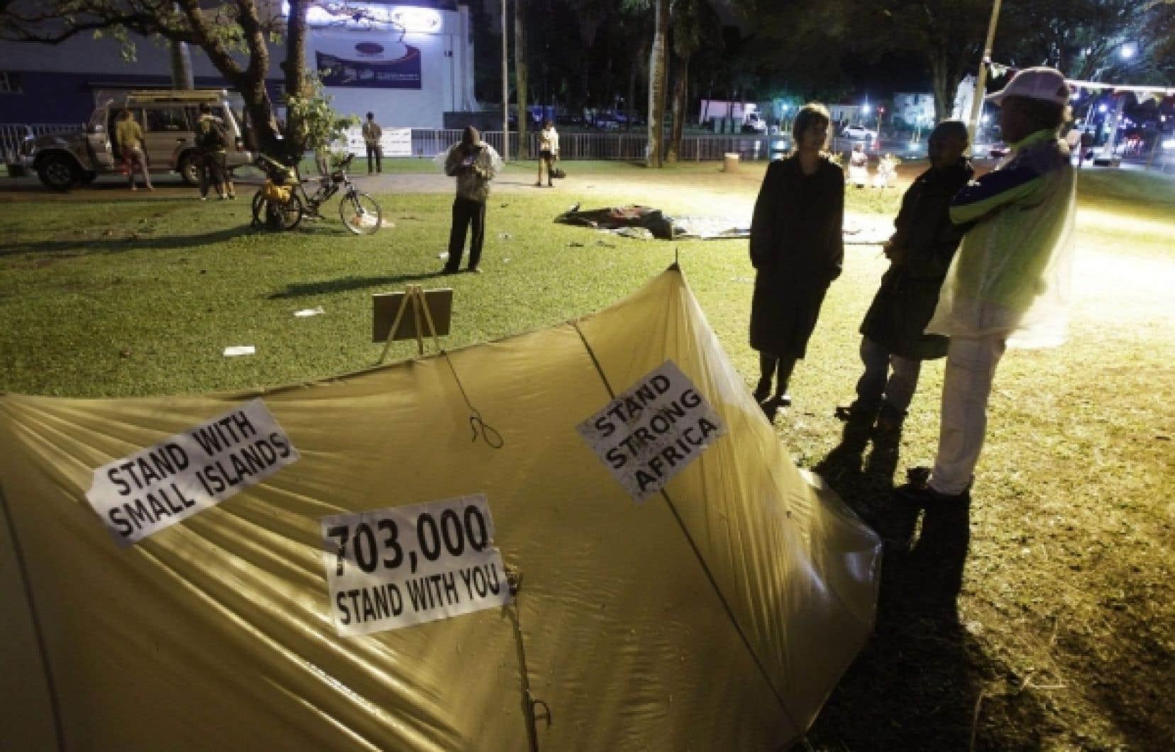 Des manifestants ont organisé une veillée hier, alors que les pourparlers au sommet de Durban en Afrique du Sud se poursuivent encore aujourd'hui.<br />