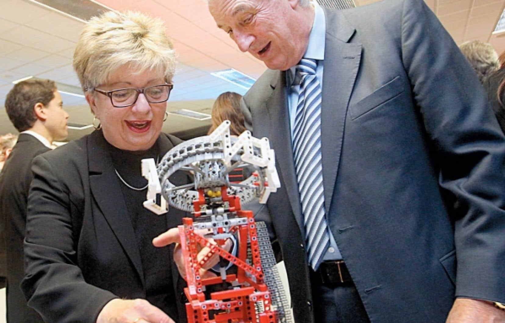 La présidente de la CSDM, Diane de Courcy, en compagnie de Laurent Beaudoin, grand patron de Bombardier, qui soutient le projet Robotique FIRST Québec.<br />