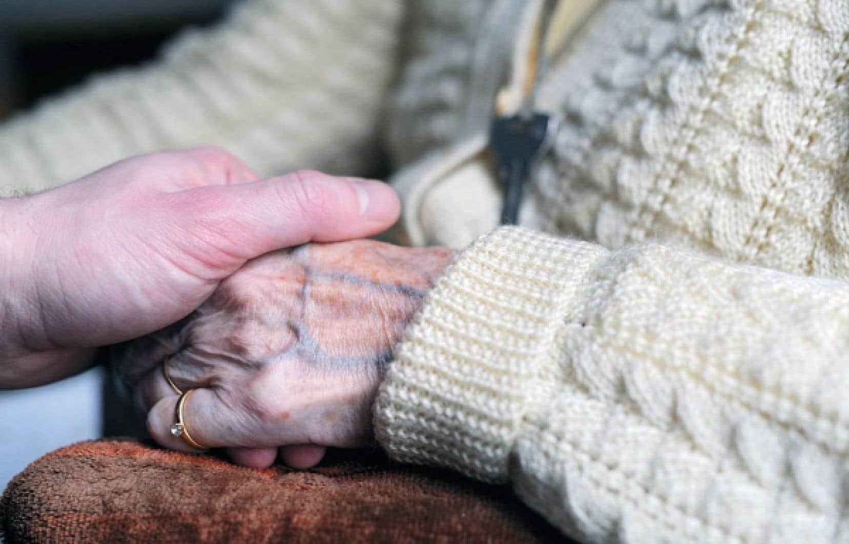 L'insuffisance de l'aide à domicile transfère la responsabilité des soins aux proches aidants.<br />