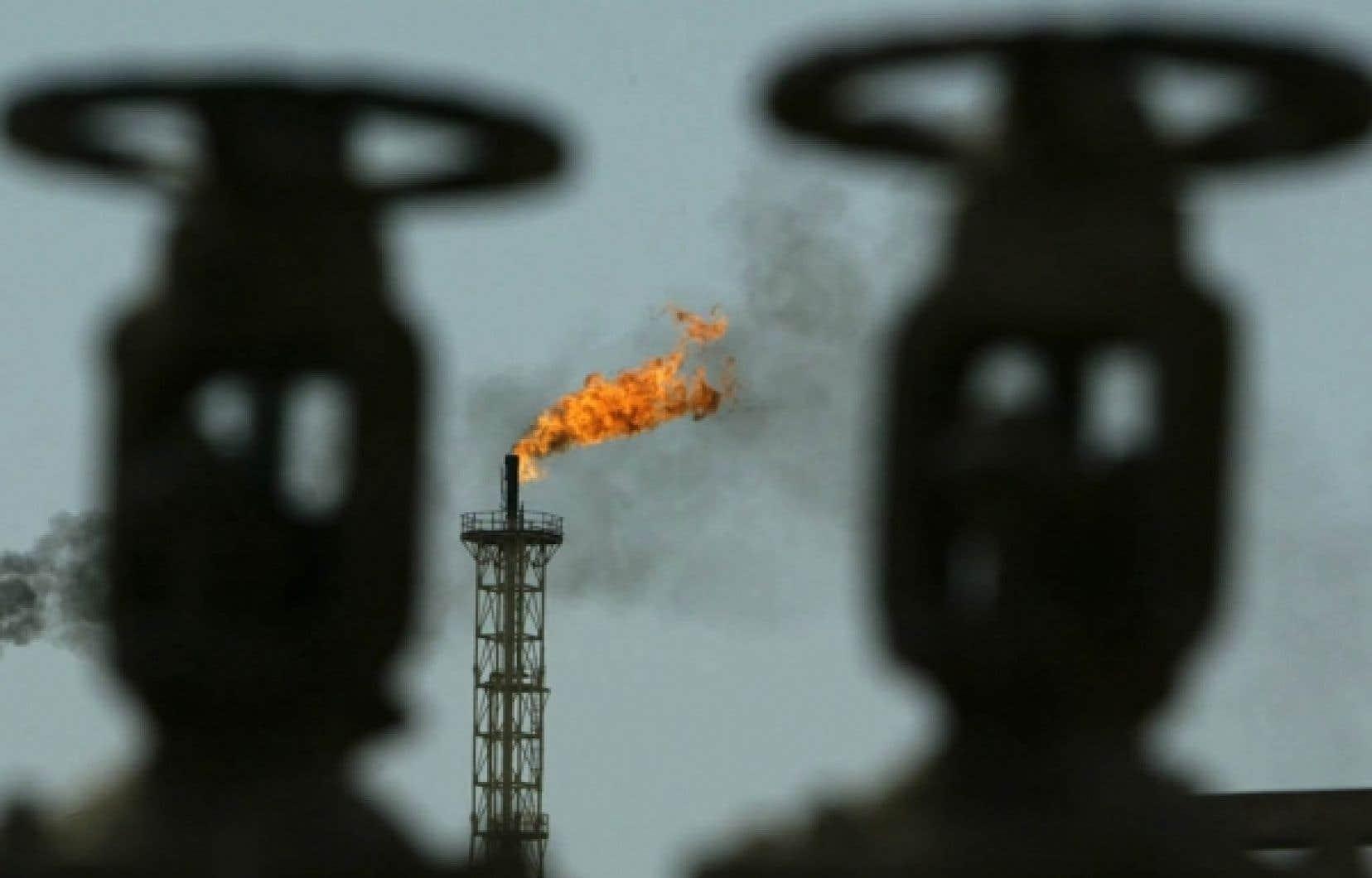 La cinquantaine d&rsquo;importateurs et de grands distributeurs de combustibles fossiles, comme les p&eacute;troli&egrave;res, vont devoir acheter du gouvernement ou sur le march&eacute; 100 % des droits d&rsquo;&eacute;mission correspondant &agrave; leurs ventes.<br />