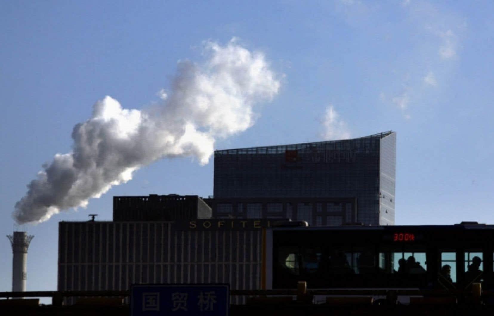 Des milliers d'édifices sont toujours chauffés au charbon en Chine, comme ici à Pékin. Tout comme l'Inde et les États-Unis, la Chine conçoit encore largement la lutte contre les changements climatiques comme un mal économique ou un facteur de limitation de la croissance.