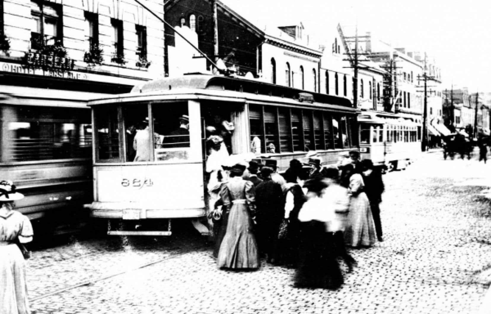 Le tramway 824 dans la rue Saint-Jacques, au cœur le Vieux-Montréal, en 1907.<br />