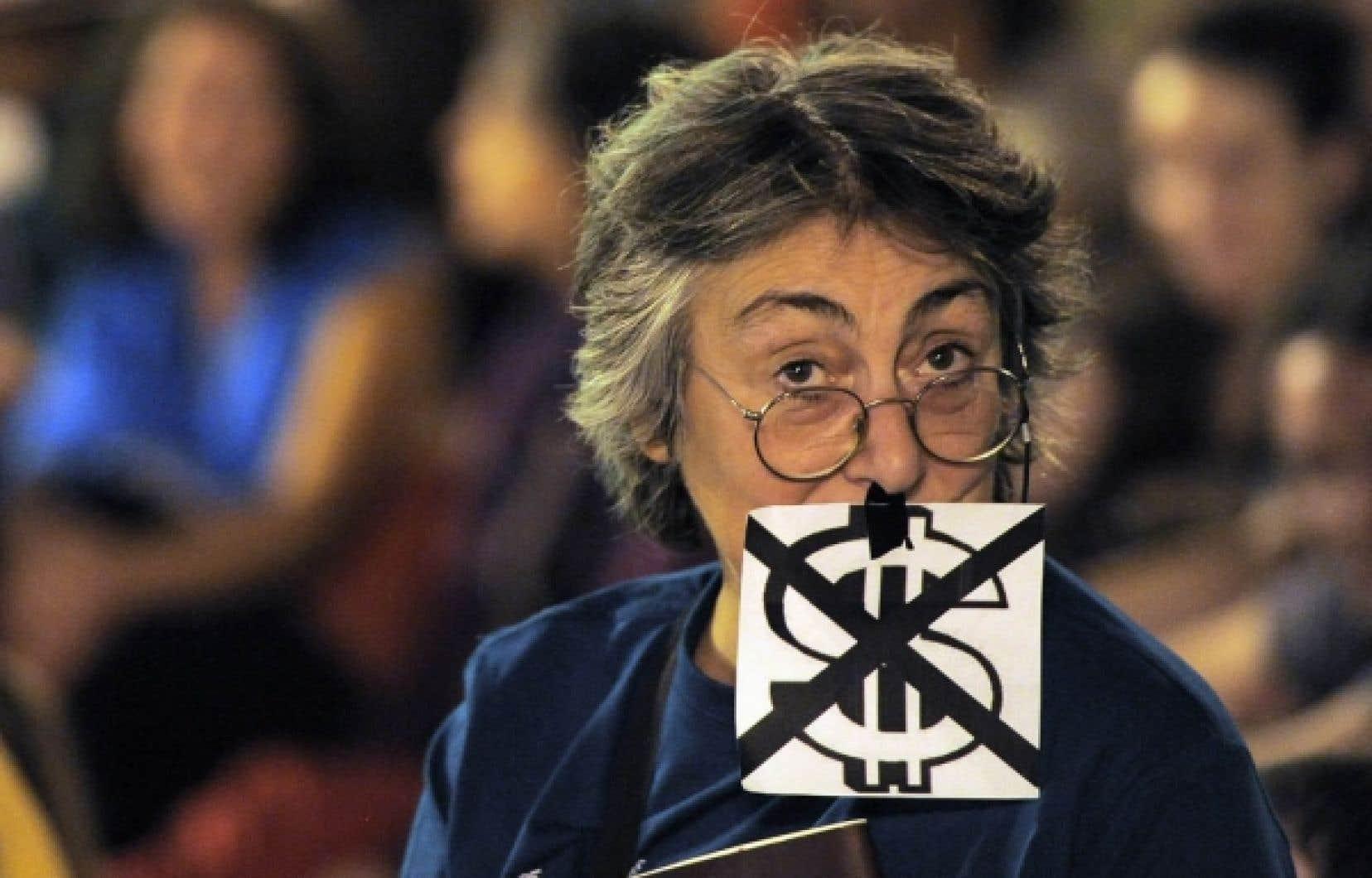 Manifestante photographiée le 15 octobre dernier sur la Puerta del Sol, à Madrid, au cours d'une journée mondiale de protestation contre l'avidité des grandes sociétés et les compressions gouvernementales.