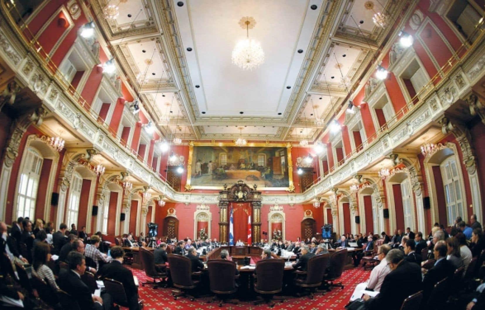 La salle du Conseil l&eacute;gislatif de l&rsquo;Assembl&eacute;e nationale du Qu&eacute;bec sert notamment aux commissions parlementaires et aux c&eacute;r&eacute;monies d&rsquo;assermentation.<br />