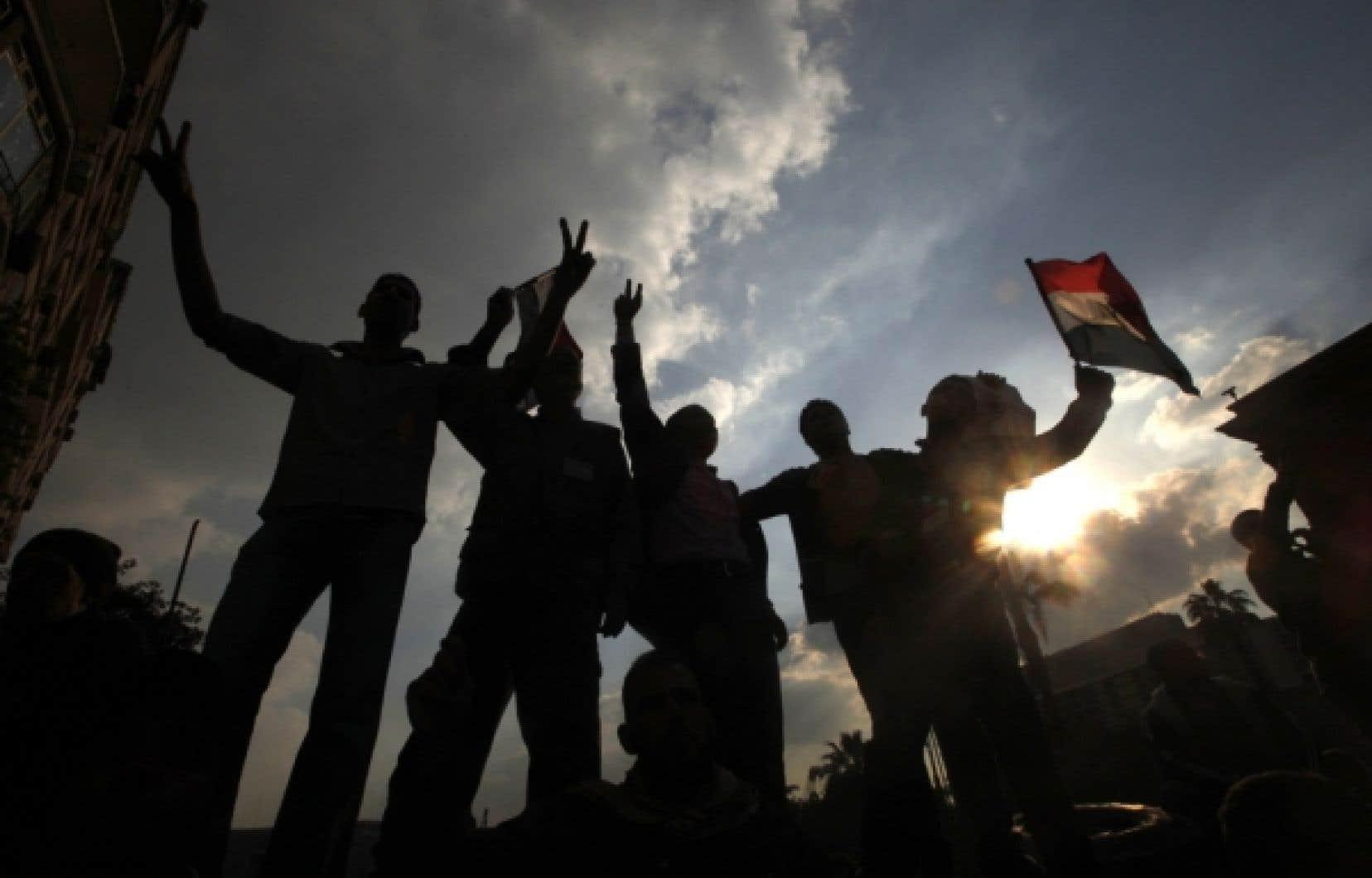 La révolution tunisienne fait naître une vague de soulèvements populaires qui déferlera sur le monde arabe, abattant dans plusieurs endroits le «mur de la peur» dressé entre le dirigeant et la population. <br />