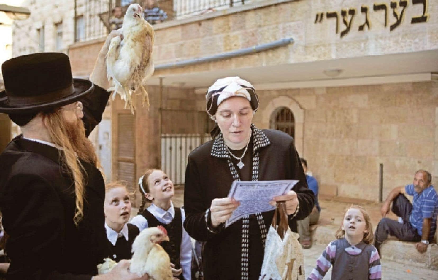 Un juif ultraorthodoxe à Jérusalem avec sa famille lors de la cérémonie religieuse
