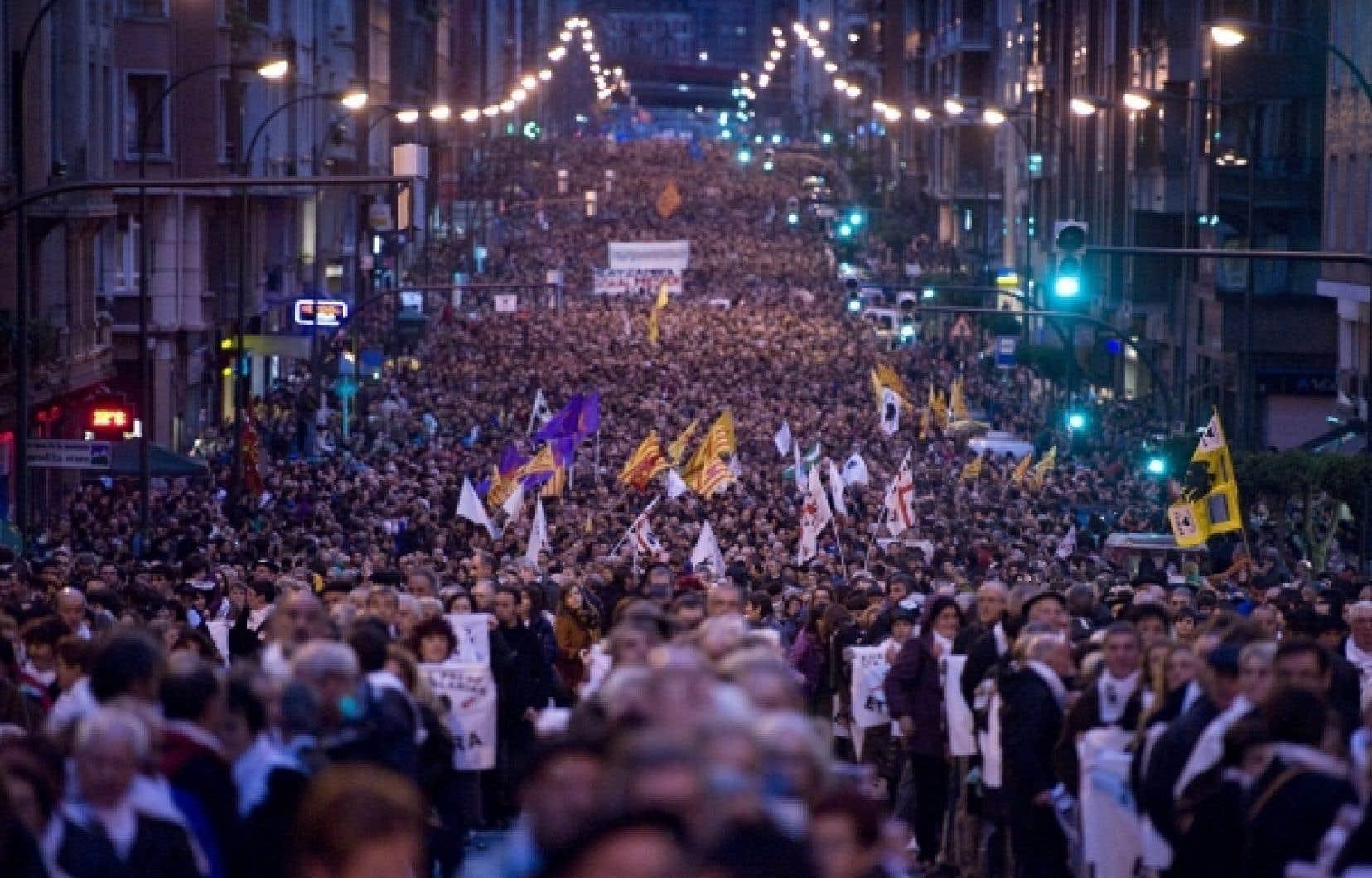 Les sympathisants de la cause séparatiste basque ont défilé en silence dans les rues de Bilbao cet après-midi.<br />