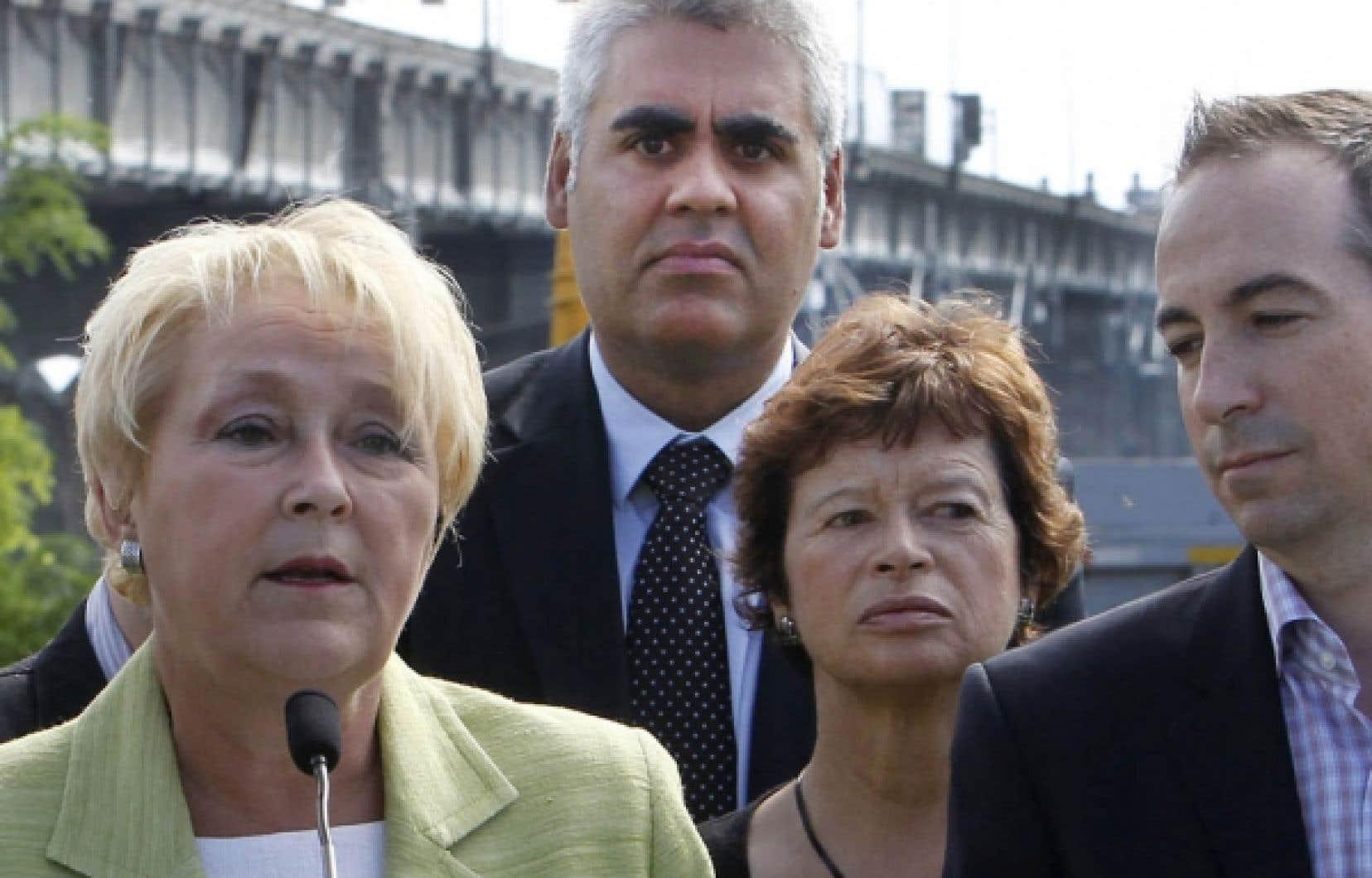 La chef péquiste Pauline Marois perd donc un troisième membre de son caucus, François Rebello (au centre), au profit de la CAQ.