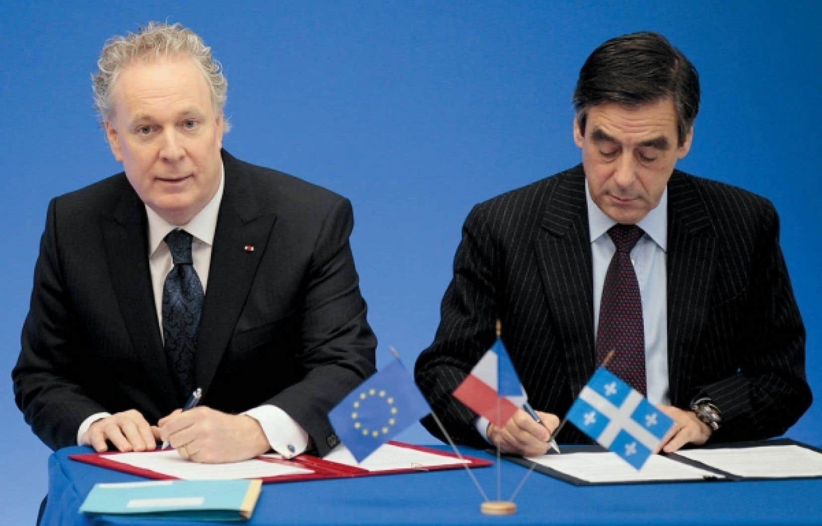 Le premier ministre du Québec, Jean Charest, et celui de la France, François Fillon, lors de la signature d'une entente sur la mobilité de la main-d'œuvre, en novembre 2010 à Paris