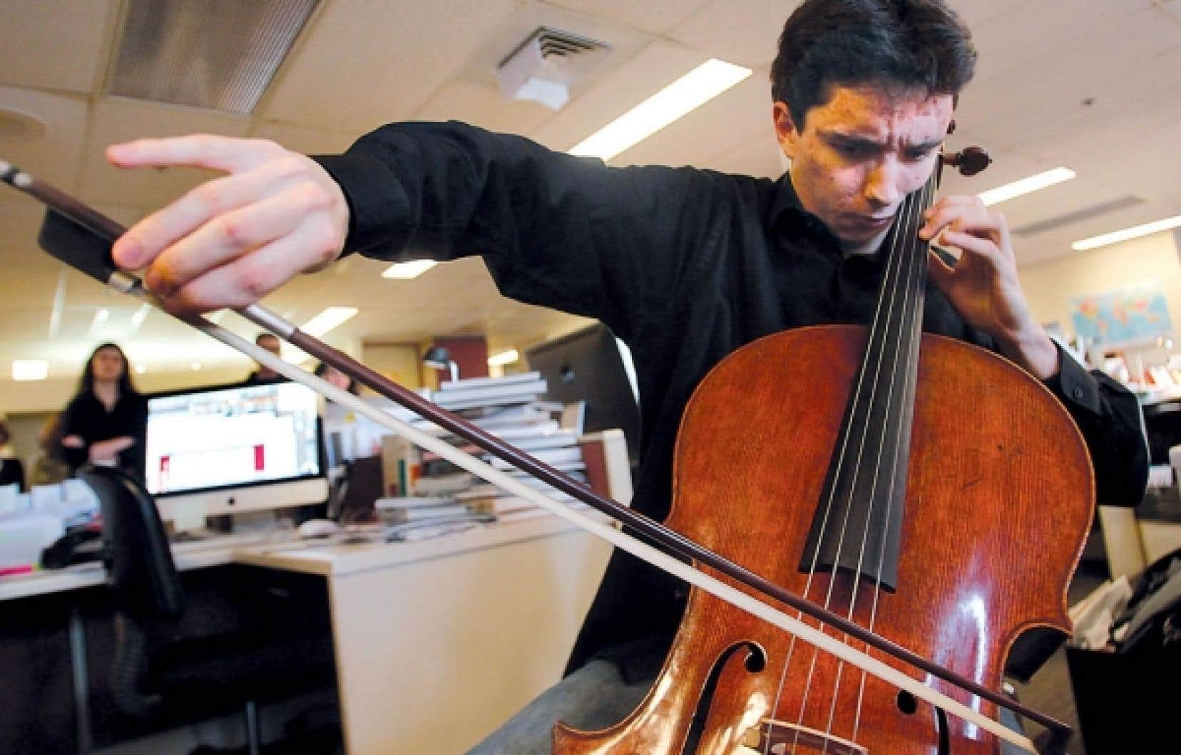Les employés du Devoir ont été parmi les tout premiers à entendre, hier, Stéphane Tétreault et le Stradivarius qu'il possède depuis seulement une semaine. Se prêtant à un concert impromptu, il a interprété, sur cet instrument qui a appartenu jadis à Paganini, deux extraits de la 1reSuite de Bach et la Méditation de Thaïs de Massenet.<br />
