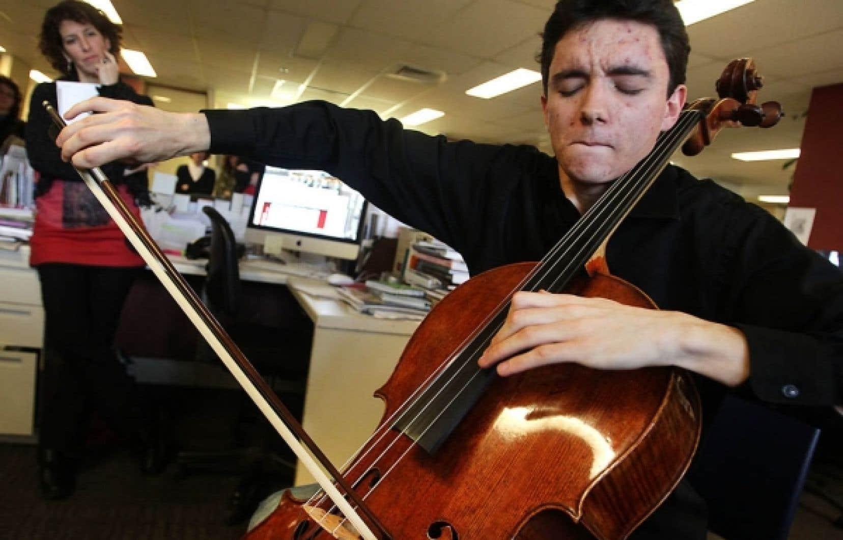 Les journalistes du Devoir ont eu le plaisir d'entendre cette semaine Stéphane Tétreault et son Stradivarius, un instrument de plus de 6 millions de dollars. Se prêtant à un concert impromptu, il a joué, sur cet instrument qui a appartenu jadis à Paganini, deux extraits de la 1re Suite de Bach et la Méditation de Thaïs de Massenet. Il a été chaleureusement applaudi.<br />